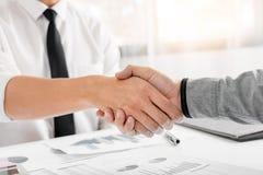 Van de commerciële de Handdrukconcept Vergaderingsovereenkomst, Handholding na het klaar zijn met omhoog het behandelen van proje stock afbeeldingen