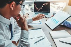 Van de commerciële de Investering Teamvergadering en Ondernemer Trading Stock Market en van de Uitwisselings het bespreken en ana stock afbeelding