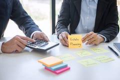 Van de commerci?le analyseren en de berekening team het uitvoerende boekhouding op de investeringsfonds die van waardevaststellin royalty-vrije stock foto