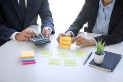 Van de commerci?le analyseren en de berekening team het uitvoerende boekhouding op de investeringsfonds die van waardevaststellin royalty-vrije stock foto's