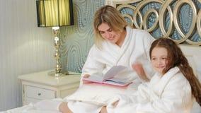 Van de communicatie van de moederliefde de bedtijd lezingsdochter stock footage