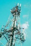 Van de communicatie technologie van de de televisie digitale draadloze post antennetoren de radio tegen blauwe hemelachtergrond stock fotografie