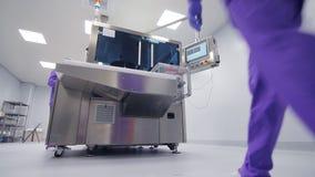 Van de de controleapotheek van de fabrieksexploitant de productiemachine Pharma productie stock video