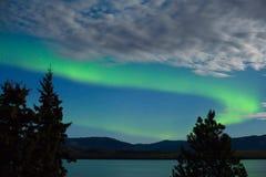 Van de dageraad borealis (Noordelijke lichten) vertoning Stock Foto