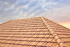Van de daktegels en hemel zonlicht Het concept die van dakwerkcontractanten Huisdak installeren royalty-vrije stock afbeeldingen