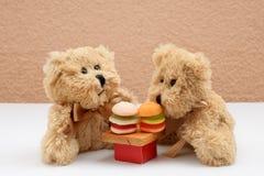 Van de Datumhamburgers van het teddybeerpaar het Snelle voedsel royalty-vrije stock afbeeldingen