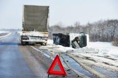 De autoneerstorting van de winter stock afbeeldingen