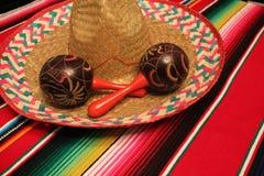 Van de de achtergrond ponchosombrero van Mexico maracas van de decoratiebunting fiestacinco DE Mayo stock afbeelding