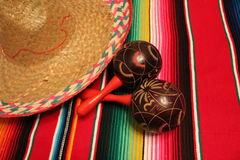Van de de achtergrond ponchosombrero van Mexico maracas van de decoratiebunting fiestacinco DE Mayo stock fotografie
