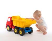 Van de de babyjongen van het zuigelingskind de peuter grote stuk speelgoed rode geel van de autovrachtwagen royalty-vrije stock foto