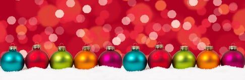 Van de de bannerdecoratie van Kerstmis kleurrijke ballen de lichtencop als achtergrond Stock Foto's