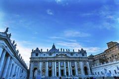 Van de de Basiliekkoepel van heilige Peter ` s de Standbeelden Vatikaan Rome Italië Royalty-vrije Stock Foto's