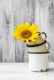 Van de de bloeminstallatie van het kunststilleven de bloemen houten wijnoogst royalty-vrije stock afbeelding