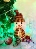 Van de de boomgift van de sneeuwmanpijnboom de sneeuw en de parel in Kerstmisdag Stock Afbeelding