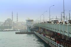 Van de de brugmening van Istanboel de regenachtige dag Royalty-vrije Stock Afbeelding