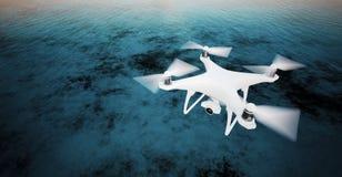 Van de de Controlehommel van foto Witte Matte Generic Design Modern Remote de actiecamera die in Hemel onder Waterspiegel vliegen Royalty-vrije Stock Afbeeldingen