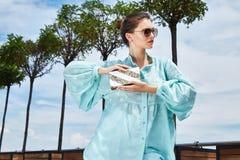 Van de de damezomer van de mannequin donkerbruine vrouw sexy mooie de stemmingsslijtage B Stock Fotografie