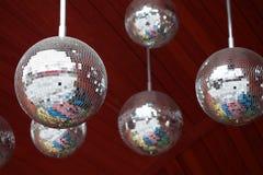 Van de de discopartij van spiegelballen de abstracte donkerrode achtergrond Ondiep dieptegebied Royalty-vrije Stock Fotografie