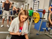 Van de de domoortraining van de vrouwenholding de gymnastiek en de groepsvrienden op achtergrond Royalty-vrije Stock Fotografie