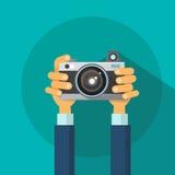 Van de de Fotocamera van de handenholding het Vlakke Ontwerp Stock Afbeelding
