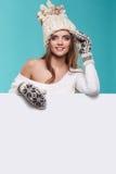 Van de de glimlachgreep van het de wintermeisje gelukkige de verkoopaffiche, aantrekkelijke jonge excit Royalty-vrije Stock Foto's