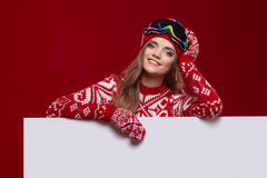 Van de de glimlachgreep van het de wintermeisje gelukkige de verkoopaffiche, aantrekkelijke jonge excit Stock Foto's