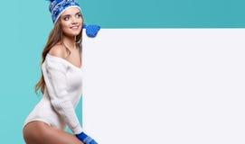 Van de de glimlachgreep van het de wintermeisje gelukkige de verkoopaffiche, aantrekkelijke jonge excit Stock Foto