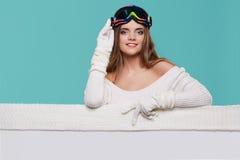 Van de de glimlachgreep van het de wintermeisje gelukkige de verkoopaffiche, aantrekkelijke jonge excit Stock Afbeelding