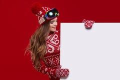 Van de de glimlachgreep van het de wintermeisje gelukkige de verkoopaffiche, aantrekkelijke jonge excit Royalty-vrije Stock Foto