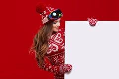 Van de de glimlachgreep van het de wintermeisje gelukkige de verkoopaffiche, aantrekkelijke jonge excit Royalty-vrije Stock Afbeelding