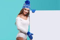 Van de de glimlachgreep van het de wintermeisje gelukkige de verkoopaffiche, aantrekkelijke jonge excit Royalty-vrije Stock Fotografie