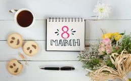 Van de de hand van letters voorziend groet van de vrouwen` s Dag de notamalplaatje Stock Afbeeldingen