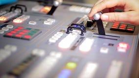 Van de de handbeweging van de directeur het uitzenden van TV mixer stock video