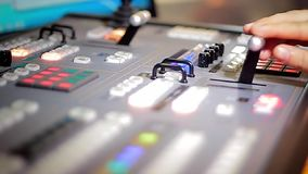 Van de de handbeweging van de directeur het uitzenden van TV mixer stock footage