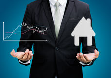 Van de de handgreep van de zakenman de bevindende houding geïsoleerde grafiek en het huis Stock Afbeeldingen