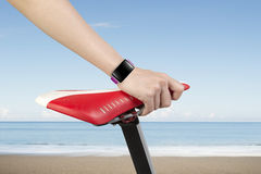 Van de de handholding van de close-upvrouw de fietszetel die smartwatch dragen Royalty-vrije Stock Foto's