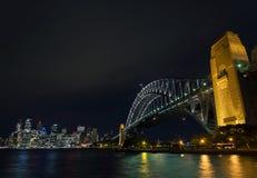 Van de de havenbrug en horizon van Sydney oriëntatiepunten in Australië bij nigh Stock Afbeelding