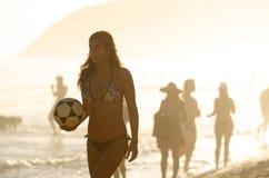 Van de de Holdingsvoetbal van de Carioca het Braziliaanse Vrouw Strand van Ipanema Stock Afbeelding