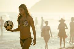 Van de de Holdingsvoetbal van de Carioca het Braziliaanse Vrouw Strand van Ipanema Royalty-vrije Stock Afbeeldingen