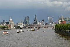Van de de horizonrivier van Londen de donkere wolken van Theems Royalty-vrije Stock Fotografie