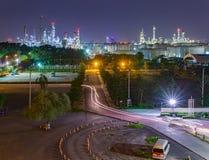 Van de de industrieinstallatie van de olieraffinaderij het panoramabeeld bij nacht Royalty-vrije Stock Afbeeldingen