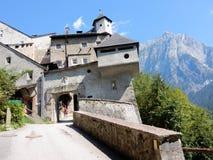 Van de de ingangspoort van Burghohenwerfen het middeleeuwse vestingwerk - Hohenwerfen-Kasteel Oostenrijkse stad van Werfen dichtb royalty-vrije stock foto's