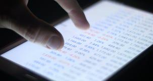 Van de de investeringsgrafiek en grafiek van de stootkussentablet effectenbeurs handel stock video