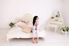 Van de de kerelochtend van het meisjeskielzog het witte bed in ruimte Stock Foto's