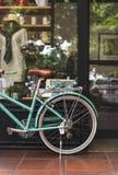 Van de de Koffiewinkel van de fietsfiets Uitstekend het Vensterconcept Stock Afbeeldingen