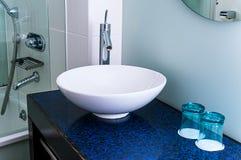 Van de de kraanmixer van de badkamersgootsteen tegen het glasblauw Stock Foto's