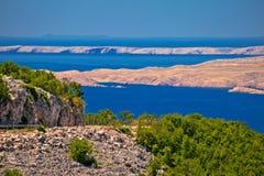 Van de de kustweg en woestijn van het Velebitkanaal Eilanden Pag en Rab v Stock Foto