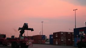 Van de de Ladercontainer van de voorraad Videolengte 1920x1080 van de de Ladingskar Industriële van de het Karretjevrachtwagen he stock footage