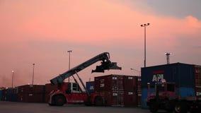 Van de de Ladercontainer van de voorraad Videolengte 1920x1080 van de de Ladingskar Industriële van de het Karretjevrachtwagen he stock video