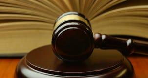 Van de de magistraatsrechter van de rechtbankrechtvaardigheid de hamer en de hamer stock videobeelden